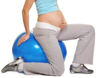 Photo - femme enceinte qui fait de l'exercice sur un ballon