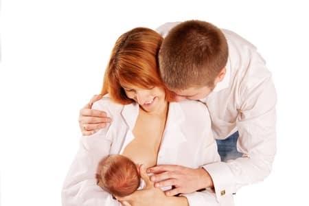 Photo - maman allaite bébé avec l'aide de papa