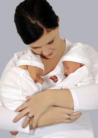 Photo - maman avec des jumeaux nouveaux-nés