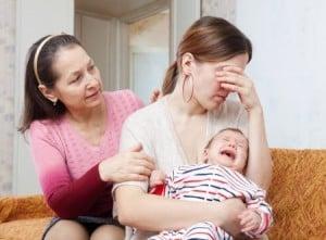 Photo - mère avec bébé BABI qui pleure dans les bras