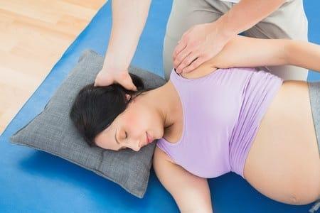 Photo - ostéopathe et femme enceinte pour une séance d'ostéopathie pendant la grossesse