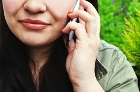 Photo - femme qui parle au téléphone pour son suivi de grossesse