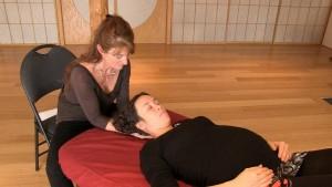 Photo - Marie Panier, ostéopathe pratique l'ostéopathie sur une femme enceinte