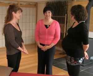 Photo - Marie Panier, ostéopathe avec Marie Fortier, la spécialiste des bébés et une femme enceinte pour parler d'ostéopathie pendant la grossesse