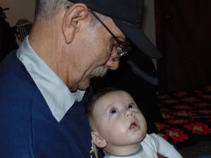 Photo - la vision du bébé s'améliore et il distingue les détails comme la moustache de grand-papa