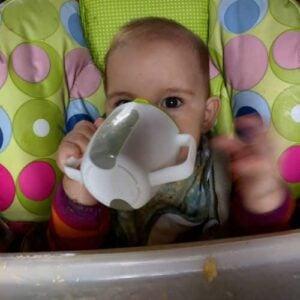 Photo - bébé qui boit au gobelet - alimentation de bébé