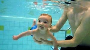 Photo - bébé qui nage sous l'eau