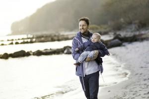 Photo - papa en voyage à la plage avec bébé