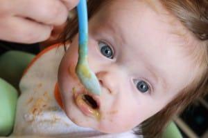 Photo - Bébé qui mange à la cuillère - Tout sur les purées pour bébé maison