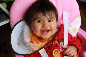Photo - Bébé qui mange dans sa chaise haute - Tout sur les purées pour bébé maison