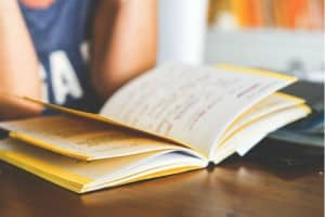 Photo - Étudiante avec cahier de notes - REEE : Planifiez l'avenir de votre enfant dès maintenant!