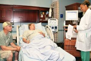 Photo - Couple qui attend un enfant et médecin - Les besoins d'une mère en travail et pendant l'accouchement