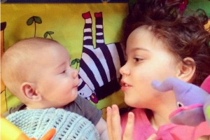 Photo : Frère et soeur en discussion : Le développement du langage chez le nourrisson