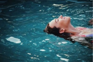 Photo - Femme qui se détend dans l'eau - Billet Le périnée, ce grand oublié : La vision de Dr de Gasquet