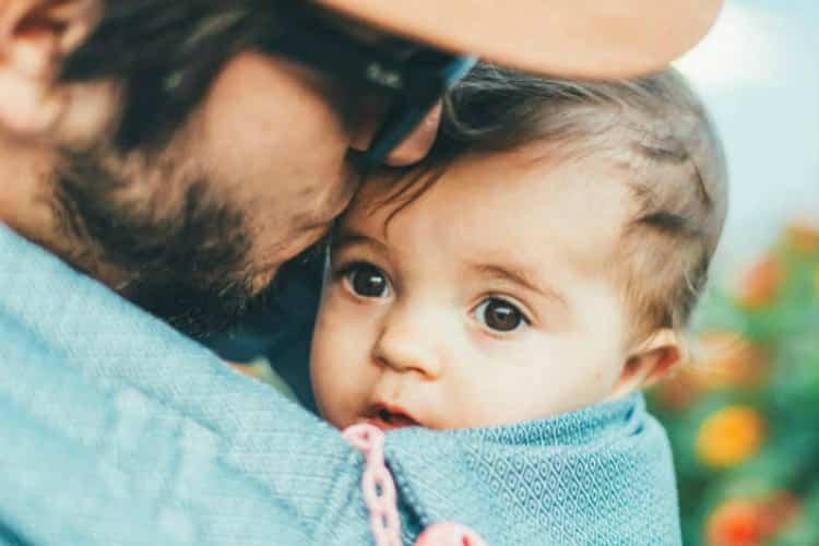 Photo   bébé porté dans un sac ventral par son papa - texte papa  collaborateur François 5ca0d6ebe72