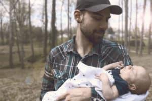 Photo - Papa et bébé dans les bras - billet papa collaborateur François